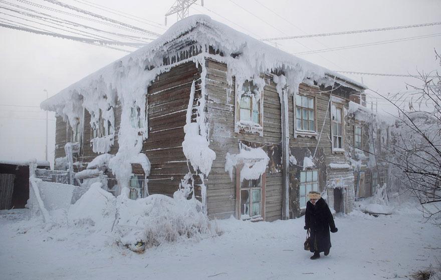 Femeie ce trece pe langa o casa inghetata din centru