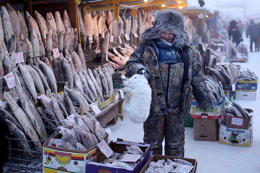 piata centrala din Yakutsk este plina de pesti si carne intrucat legumele nu cresc acolo
